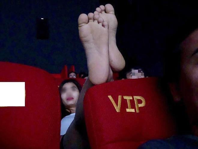 Cô gái gác chân lên ghế phía trước: Đi xem phim hay làm trò gì vậy?