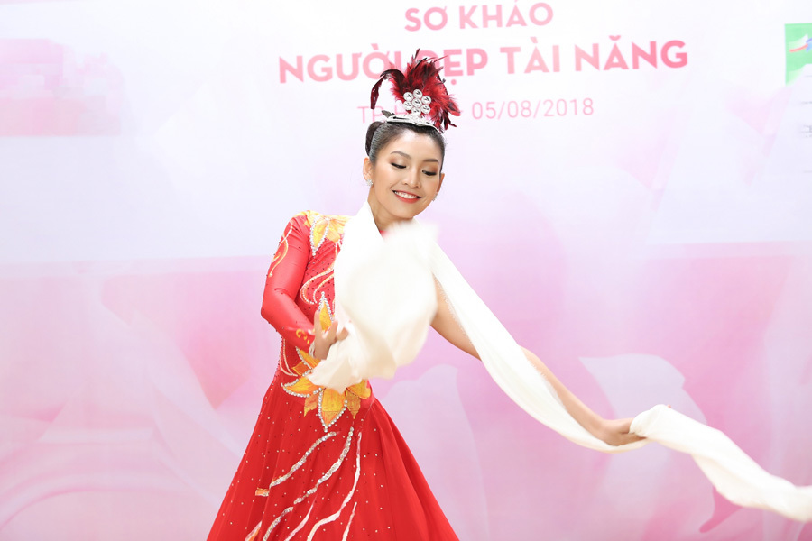 Em gái Vũ Hoàng Điệp khoe tài chơi piano ở Hoa hậu VN 2018
