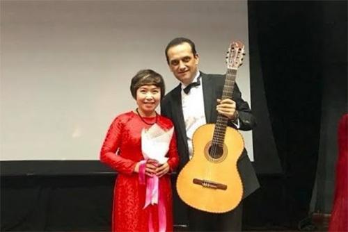 Nghệ sĩ Enrique Munoz trình tấu với Swallow Guitars của Việt Nam