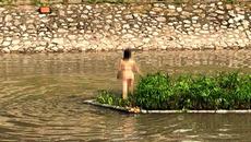 Hà Nội: Cô gái trẻ cởi đồ bơi ra giữa sông Tô Lịch nhảy múa