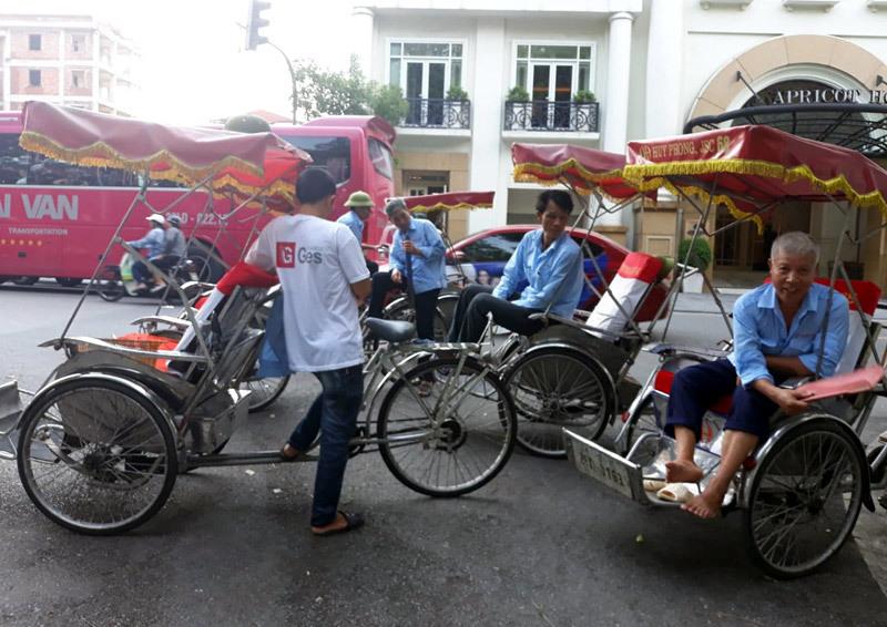 Những người đạp xích lô ở phố cổ Hà Nội.