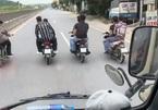 Nhóm thanh niên đầu trần, dàn hàng ngang chắn đầu ôtô ở Thanh Hóa