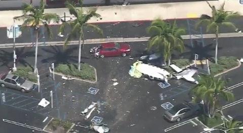 Máy bay lao xuống bãi đỗ xe California, 5 người chết