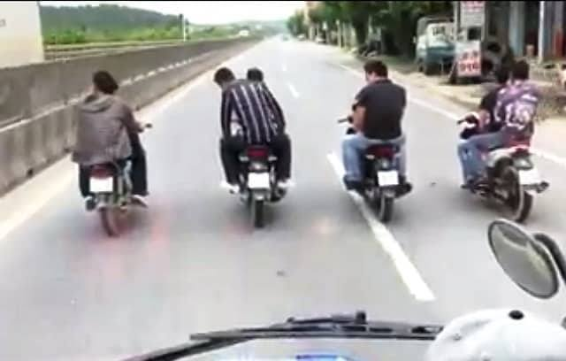 8 thanh niên đầu trần đi xe máy, dàn hàng trước đầu ô tô trên quốc lộ