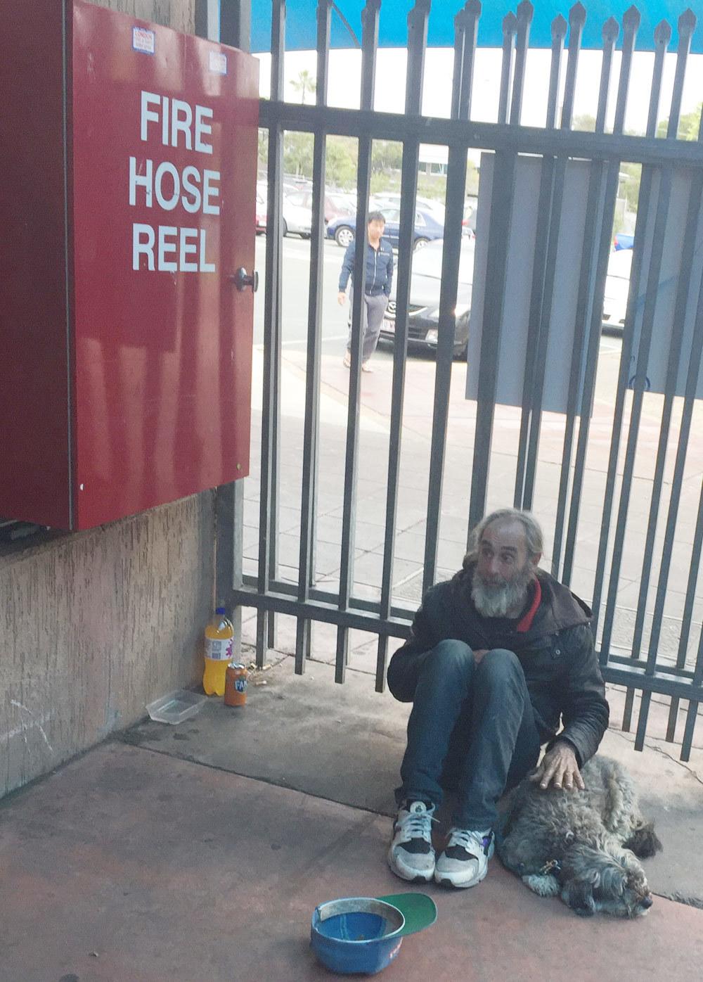 Người đàn ông cô đơn trên đường phố Australia