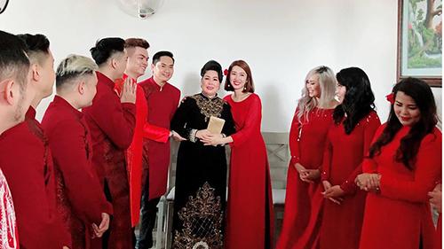 Nghệ sĩ Hồng Vân bật khóc trong ngày cưới của con gái