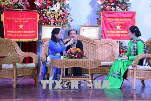 Chủ tịch QH trao danh hiệu Anh hùng cho Đội quân tóc dài Bến Tre