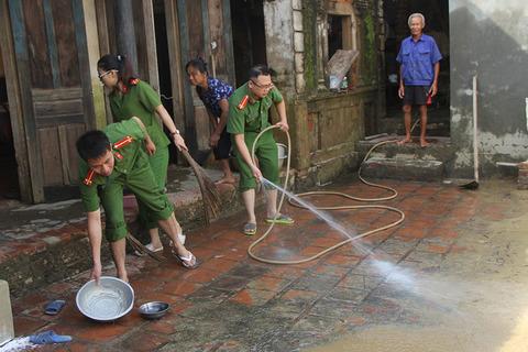 Ngập lụt ở Chương Mỹ: Công an xắn quần lội nước, quét sân giúp dân sau lũ