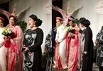 Con gái NSND Hồng Vân bật khóc trước món quà của mẹ trong đám cưới