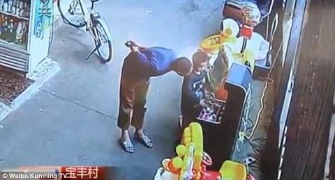Bé 6 tuổi bị bắt cóc táo tợn bên ngoài siêu thị