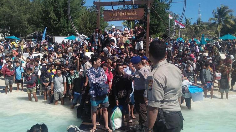 Hàng ngàn du khách cuống cuồng chờ giải cứu sau động đất Indonesia