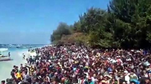 hàng ngàn du khách chờ giải cứu sau động đất Indonesia