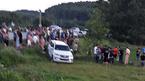 Húc xe CSGT, ô tô nghi chở ma túy lao xuống đồng cỏ