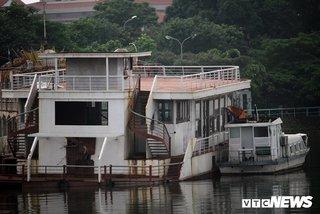 Hàng chục 'nhà hàng ma' tiền tỷ hoen gỉ lênh đênh trên Hồ Tây