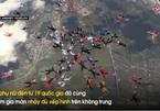 'Biệt đội hoa hồng' lập kỷ lục nhảy dù xếp hình trên không
