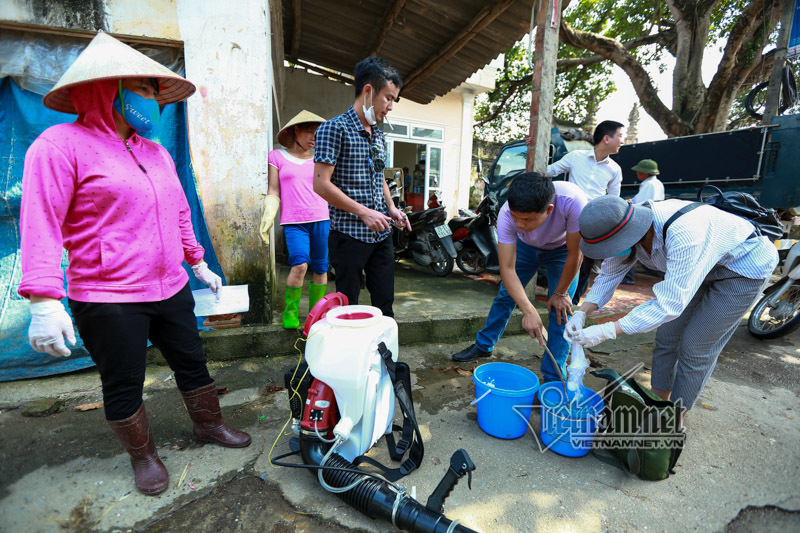 Hà Nội: Máy khử trùng ù ù khắp làng sau nửa tháng chìm trong biển nước