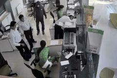 Thiếu niên 15 tuổi mang súng nhựa đi cướp ngân hàng