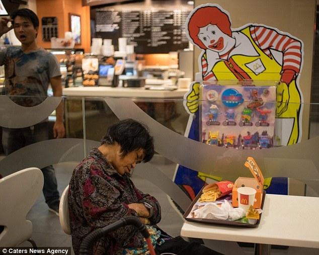 Dân nghèo Hong Kong vạ vật qua đêm tại các hàng quán