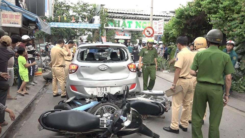 Ô tô chạy lùi tông loạn xạ trên phố, 3 người nhập viện