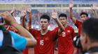 Cầu thủ U23 Việt Nam trèo rào ăn mừng điệu viking cùng CĐV
