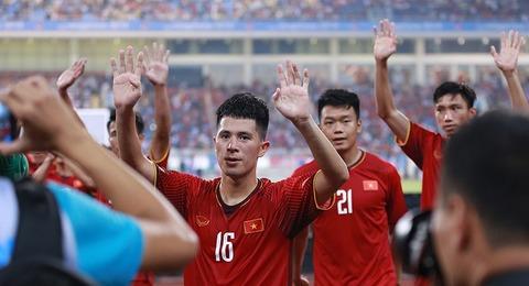 U23 Việt Nam trèo rào ăn mừng điệu viking cùng CĐV