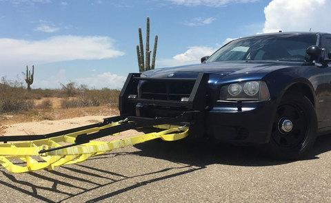 Xem cảnh sát nước ngoài tóm gọn xe bỏ trốn với chiếc lưới đặc biệt