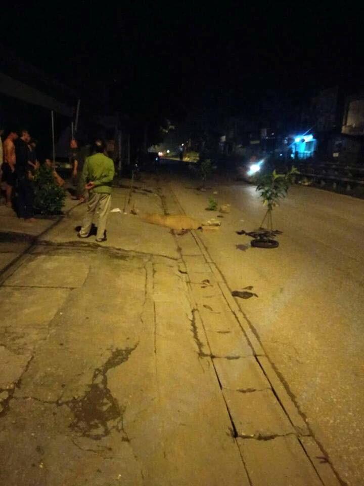 Hà Nội: Hai thanh niên bất động cạnh xe máy giữa đêm