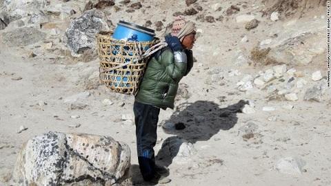 'Nóc nhà thế giới' oằn mình gánh hàng chục tấn chất thải người
