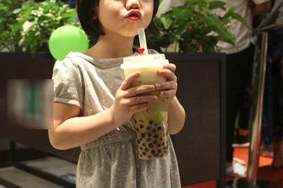 Hút trà sữa quá nhanh, bé gái 11 tuổi ở TP.HCM tử vong vì hóc hạt trân châu