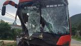 Tai nạn liên hoàn ở Quảng Nam, đầu xe khách biến dạng