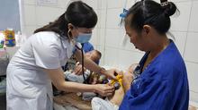 Hà Nội: Cặp song sinh 11 tháng nguy kịch vì biến chứng của bệnh sởi