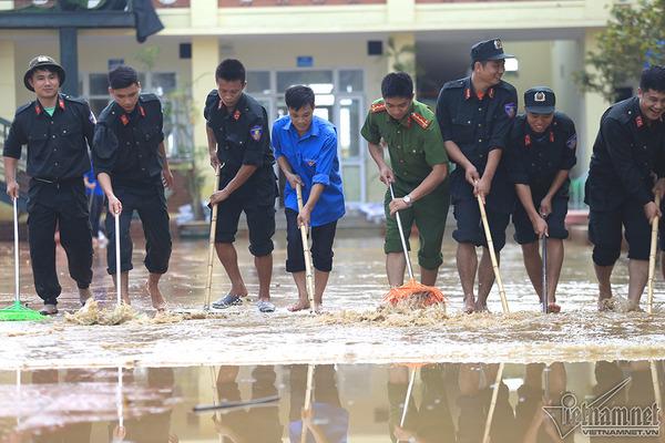Cảnh sát cơ động, cứu hỏa đẩy nước giúp cô giáo mầm non nơi rốn lũ