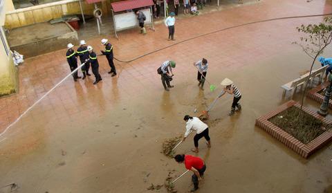 Cơ động, cứu hỏa đẩy nước giúp cô giáo mầm non ở rốn lũ Chương Mỹ