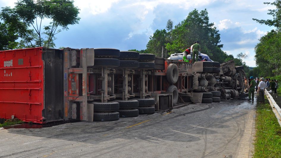 Hai xe container đấu đầu sau tiếng nổ lớn, 2 tài xế tử vong