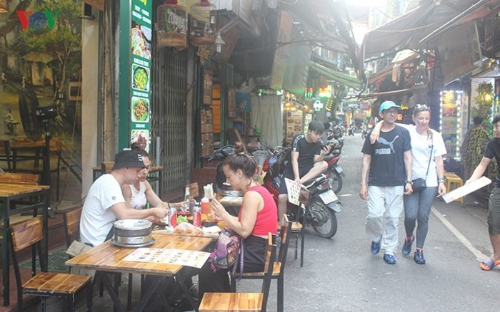 Những dịch vụ 'hái ra tiền' dành cho 'Tây ba lô' ở phố cổ Hà Nội