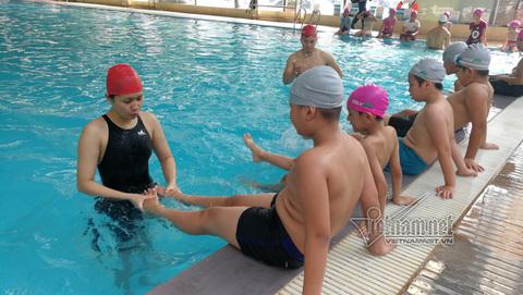 Học sinh nghèo học bơi