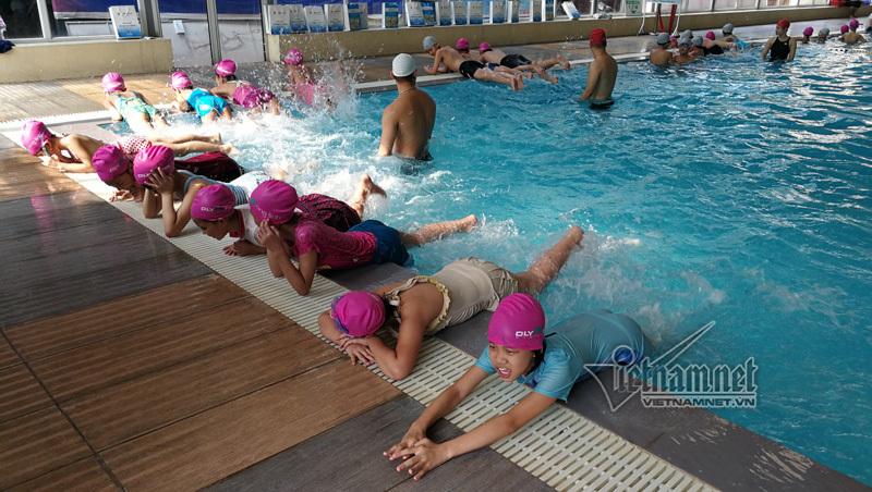 Học sinh nghèo học bơi theo giáo trình Nhật Bản