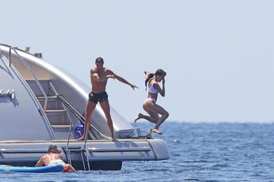 Ronaldo ném bạn gái xuống biển không thương tiếc