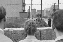 Ngày này năm xưa: Tường gạch, thép gai 'cắt nửa' Berlin