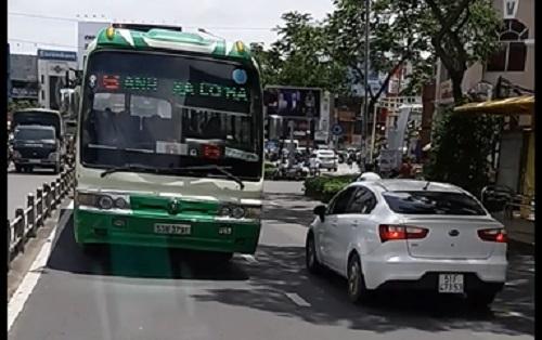 Xe buýt chạy ngược chiều giữa đường trung tâm Sài Gòn