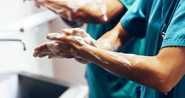 Cảnh báo, siêu vi khuẩn 'đá bay' cả nước rửa tay có cồn