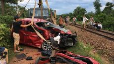 Cố băng qua đường sắt: Xế hộp bị tông bẹp dúm, tài xế tử vong