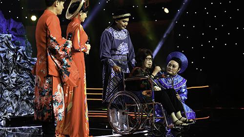 Xúc động trước hình ảnh NSƯT Diệu Hiền ngồi xe lăn biểu diễn