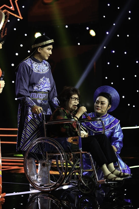 NSƯT Diệu Hiền ngồi xe lăn biểu diễn