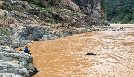 Nghẹt thở vào cuộc đi săn bảo vật 'quái ngư' dưới dòng Sê San