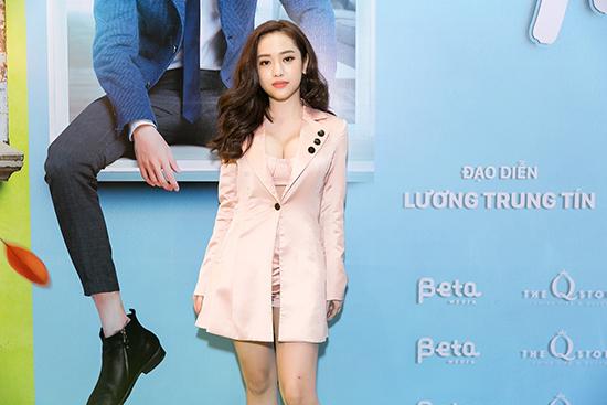 Thúy Vi góp mặt một vai nhỏ trong phim. Cô thu hút báo chí tại buổi ra mắt với phong cách đầy gợi cảm.