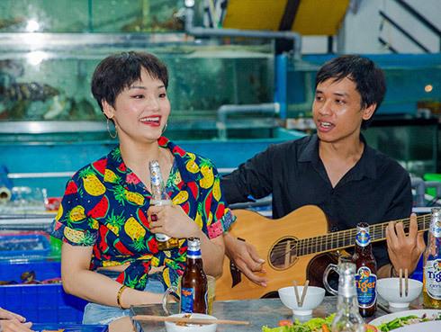 Miu Lê gây sốt khi lộ clip hát quán lề đường