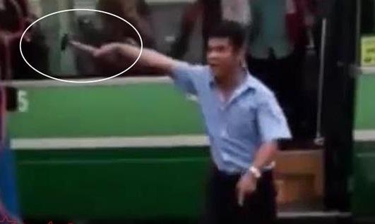 Tài xế xe buýt Sài Gòn loạn đả, đòi 'xử' nhau bằng búa trên đường