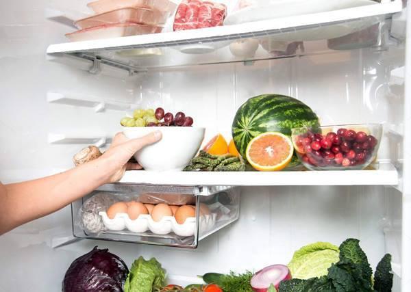 Ăn dưa hấu để trong tủ lạnh không đúng cách phải cắt bỏ 70cm ruột