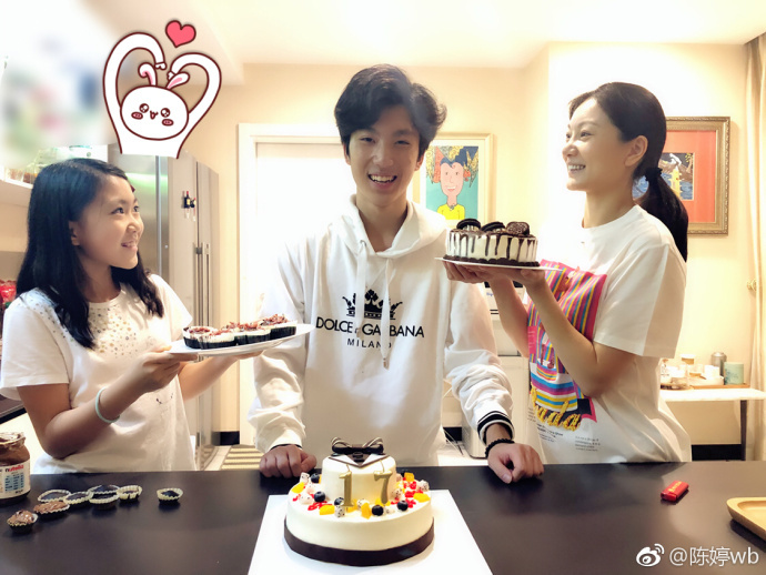 Trần Đình và con gái út chúc mừng sinh nhật cậu cả Trương Nhất Nam.